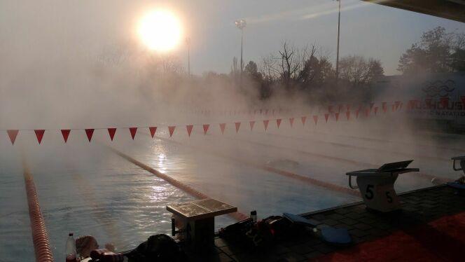 Un beau soleil se lève à travers la brume, en cette froide matinée.DR