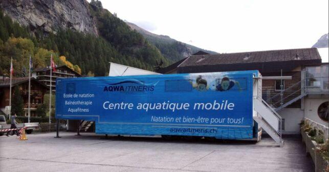 Un camion-piscine itinérant en Suisse