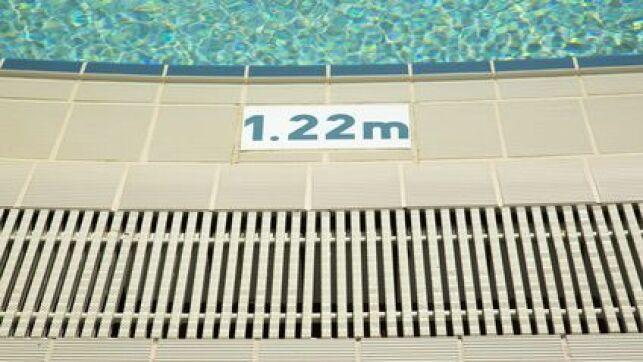 Un caniveau autour de votre piscine permet d'évacuer facilement l'eau.