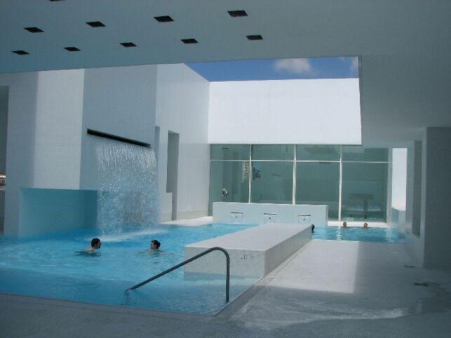 Un centre aquatique à l'architecture épurée et moderne