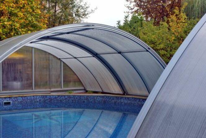 Un chauffage sous un abri de piscine
