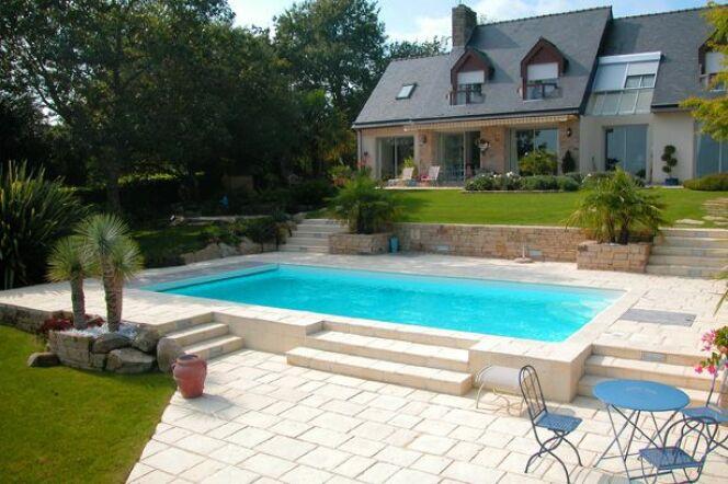 Un chemin d'accès à la piscine
