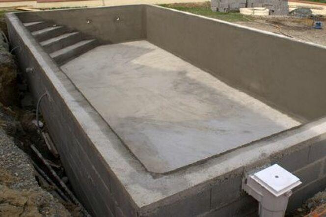 L'escalier d'angle est confortable pour la piscine.
