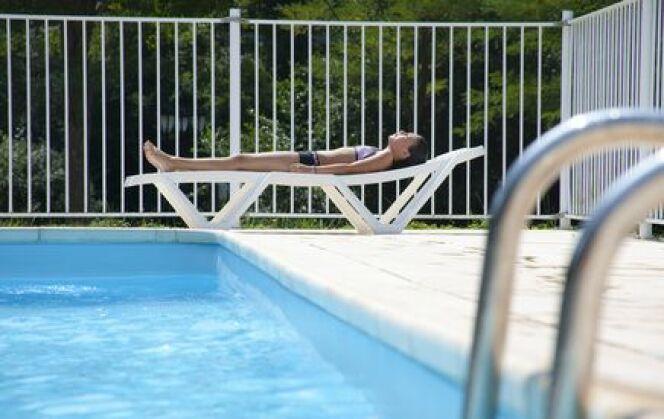 Un escalier de piscine en béton
