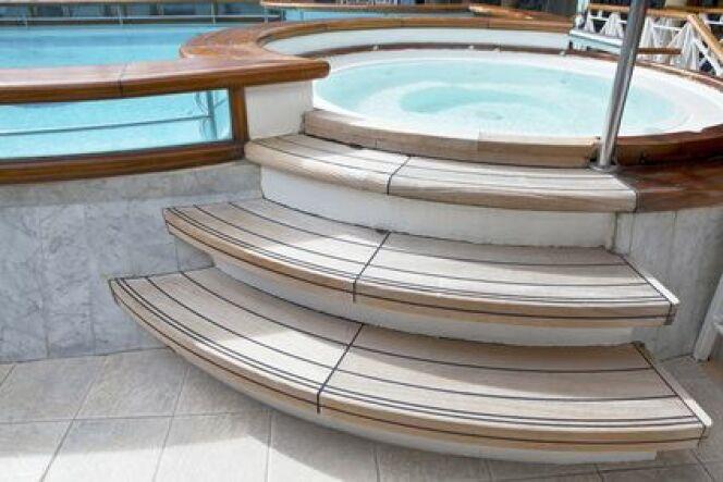 """Un escalier pour spa est la touche finale de l'aménagement de votre spa.<span class=""""normal italic petit"""">© -Marcus- - Fotolia.com</span>"""