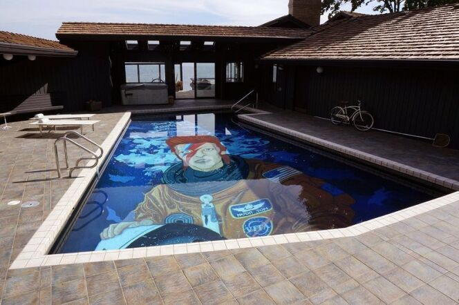 "Un fond de piscine à l'effigie de David Bowie, par l'artiste américain Ten Hundred  <span class=""normal italic petit"">© tenhundredart.com</span>"