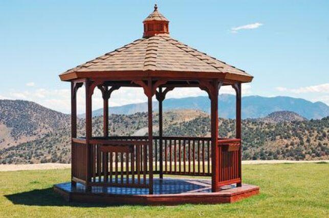 Un gazebo pour spa est une façon élégante d'abriter son spa extérieur au jardin.