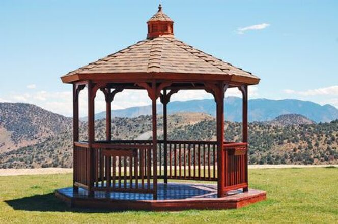 """Un gazebo pour spa est une façon élégante d'abriter son spa extérieur au jardin.<span class=""""normal italic petit"""">© perlphoto - Fotolia.com</span>"""