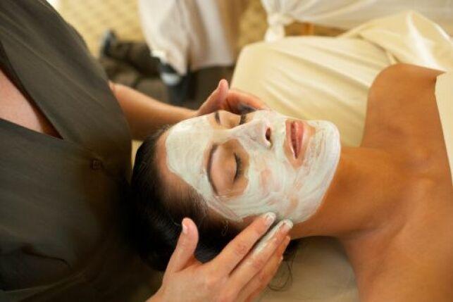 Un gommage exfoliant permet de purifier la peau.