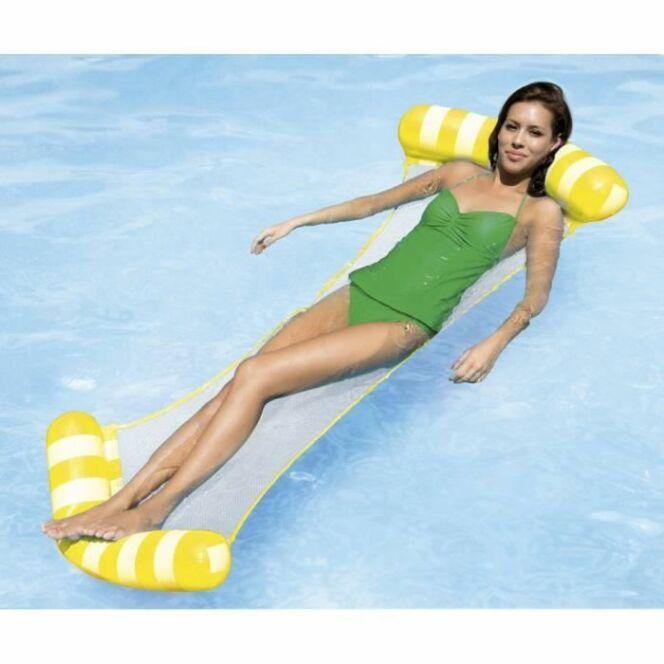 """Le hamac de piscine vous permet de vous détendre sur l'eau et dans l'eau.<span class=""""normal italic petit"""">© Cdiscount</span>"""
