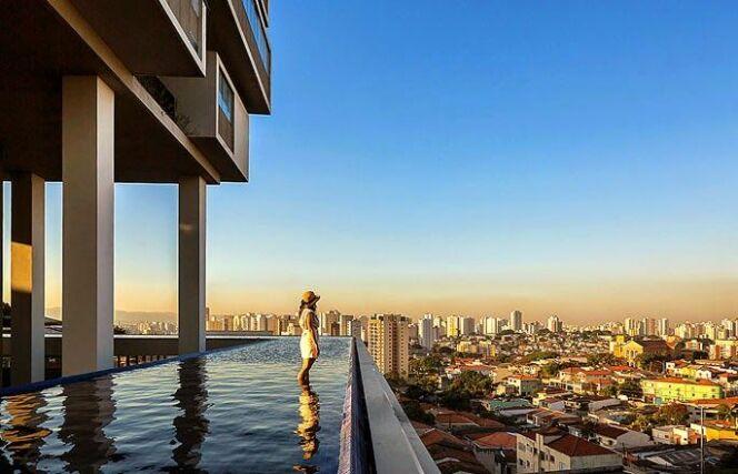 """Un immeuble à 360° entouré d'une piscine ! <span class=""""normal italic petit"""">© isay weinfeld 360 building pool</span>"""
