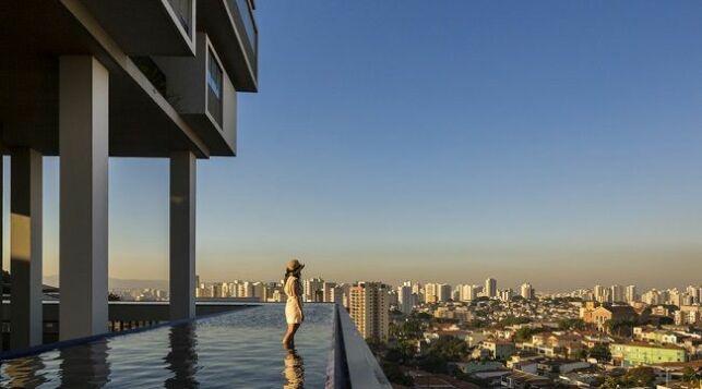 Un immeuble à 360° entouré d'une piscine !