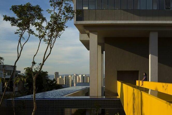 """Un immeuble à 360° entouré d'une piscine ! <span class=""""normal italic petit"""">© isay weinfeld 360 building pool - Arch Daily</span>"""
