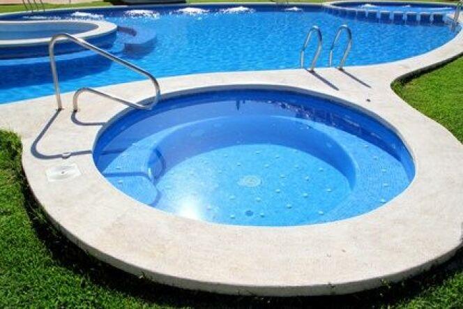 """Un jacuzzi accolé à la piscine <span class=""""normal italic petit"""">© lunamarina - Fotolia.com</span>"""