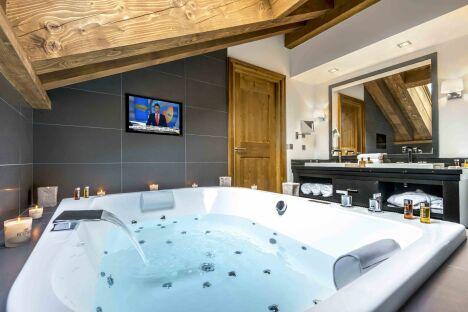 """Un jacuzzi au spa Nuxe de l'Hôtel Kaïla, à Méribel<span class=""""normal italic petit"""">© Tristan Shu</span>"""