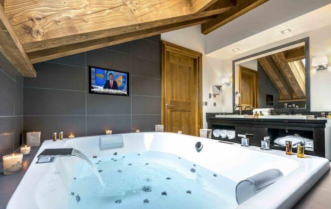 Un jacuzzi au spa Nuxe de l'Hôtel Kaïla, à Méribel © Tristan Shu