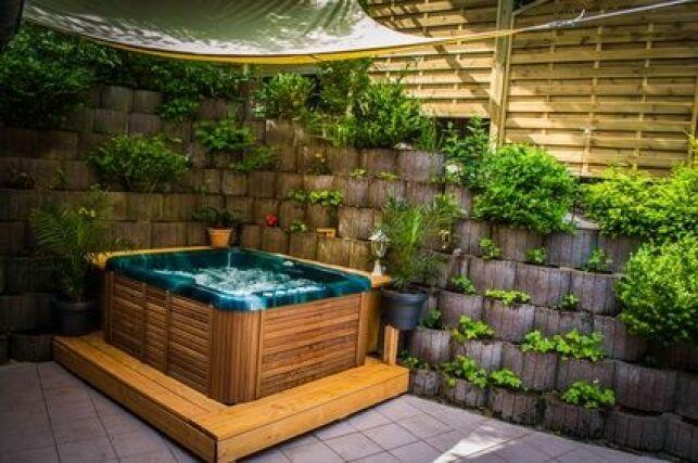 Le jacuzzi d'extérieur en bois est un bassin esthétique et solide qui vous procurera de nombreuses heures de détente.