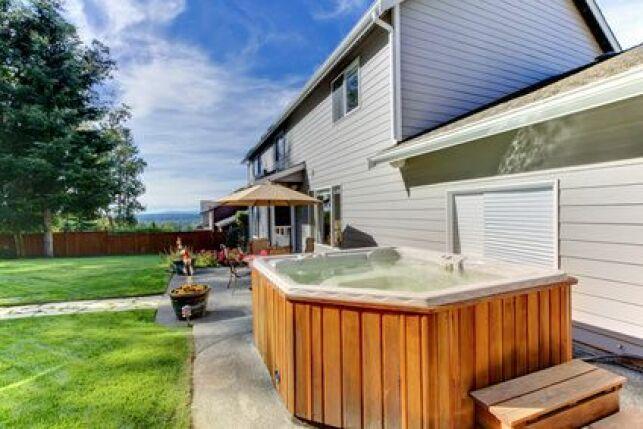 Un jacuzzi sur une terrasse vous permettra de profiter des joies du bain à bulles en extérieur.
