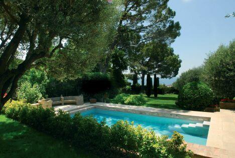 Un jardin autour de la piscine