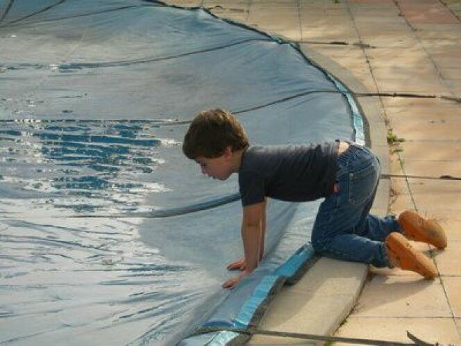 Un kit de réparation pour votre bâche de piscine