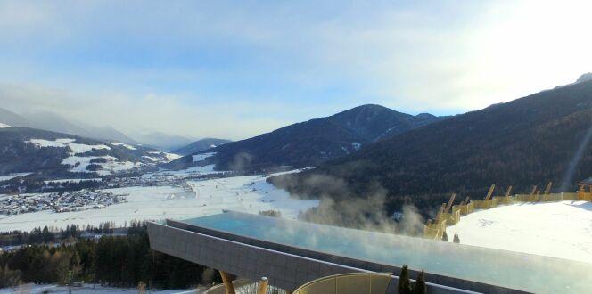 Un magnifique paysage en hiver, avec cette piscine suspendue