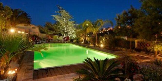"""Un massif à côté de la piscine<span class=""""normal italic petit"""">© L'Esprit piscine</span>"""