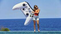 Une manette d'Xbox One dans la piscine
