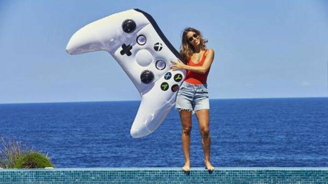 Un matelas gonflable en forme de manette Xbox One, idéal pour profiter de sa piscine.