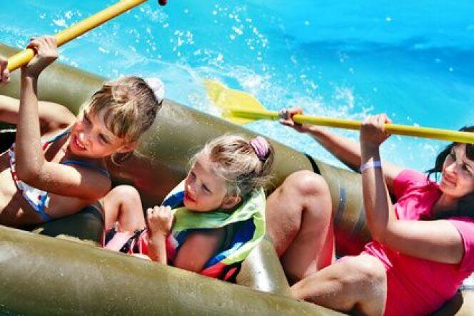 "Bateau gonflable avec rames pour piscine<span class=""normal italic petit"">© Gennadiy Poznyakov - Fotolia.com</span>"