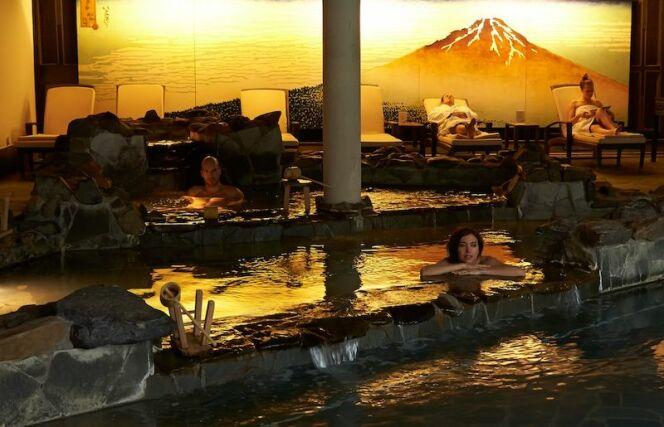 Un petit bain dans cette salle à l'ambiance japonaise et relaxante ?