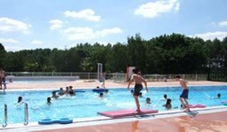 """Un petit plongeon dans la piscine d'Evron ?<span class=""""normal italic petit"""">DR</span>"""