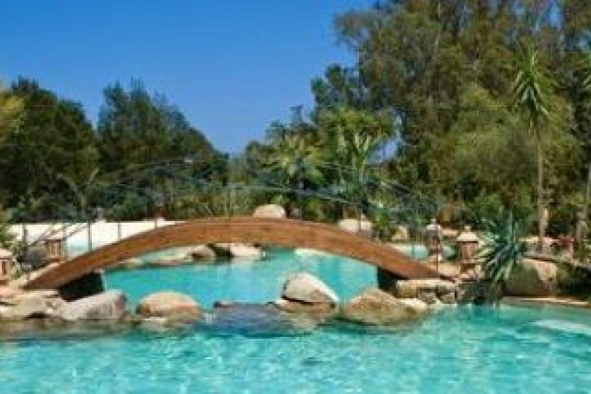 Fabriquer Un Petit Pont De Bois un pont à côté de votre piscine - guide-piscine.fr