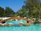 Un pont à côté de votre piscine