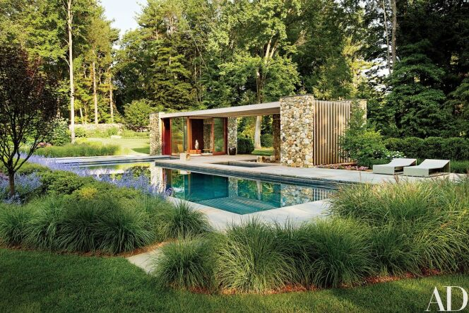"""Un pool house ultra-moderne pour cette maison avec piscine enterrée et jacuzzi extérieur.<span class=""""normal italic petit"""">© Architectural Digest</span>"""