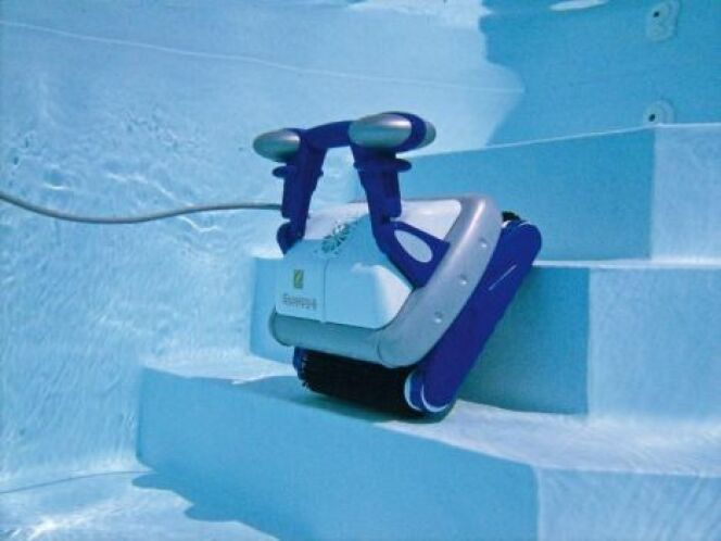 """Le robot de piscine télécommandé vous permet de gérer plus efficacement le nettoyage de votre piscine.<span class=""""normal italic petit"""">© Zodiac Pool Care Europe</span>"""