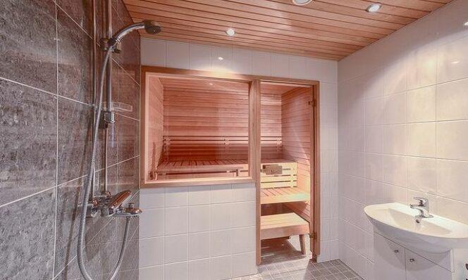 """Apportez un degré de confort supplémentaire à votre salle de bain en optant pour un combiné sauna douche.<span class=""""normal italic petit"""">© Mika Knuutila</span>"""