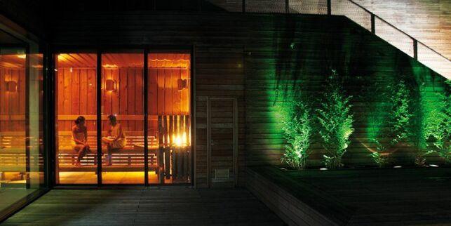 Un sauna traditionnel avec vue sur la terrasse du spa