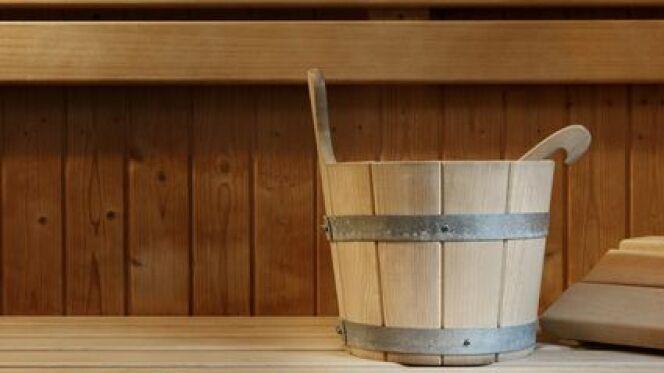 Un seau pour le sauna est le plus souvent fabriqué en bois.