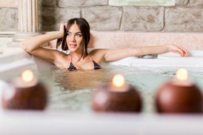 """Avoir un spa chez soi, c'est se donner la possibilité de se détendre dans un bain à bulles à tout moment.<span class=""""normal italic petit"""">© boggy22 - Thinkstock</span>"""