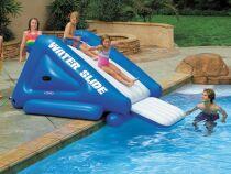 Un toboggan gonflable pour piscine