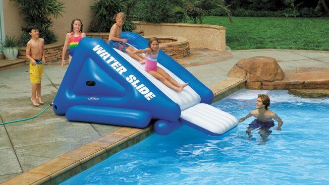 un toboggan gonflable pour piscine. Black Bedroom Furniture Sets. Home Design Ideas