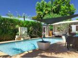 Un voile d'ombrage au bord de la piscine