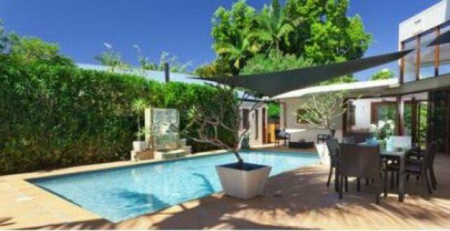 Piscine, terrasse et voile d'ombrage noir pour un style contemporain et design