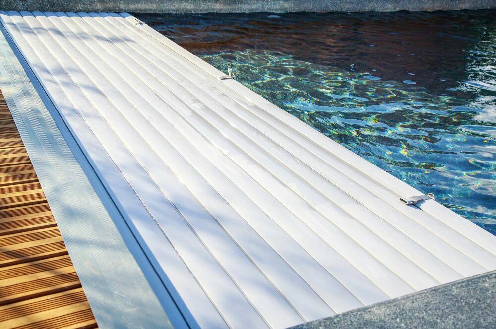 Un volet pour votre piscine© pixinoo - shutterstock.com