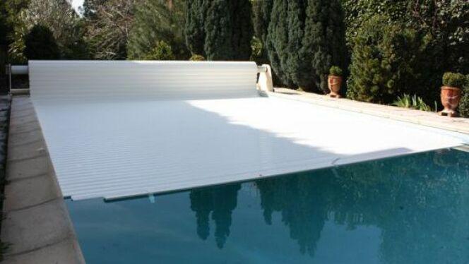 """Un volet pour votre piscine permet de la protéger efficacement et en toute discrétion.<span class=""""normal italic petit"""">© Abrineo</span>"""