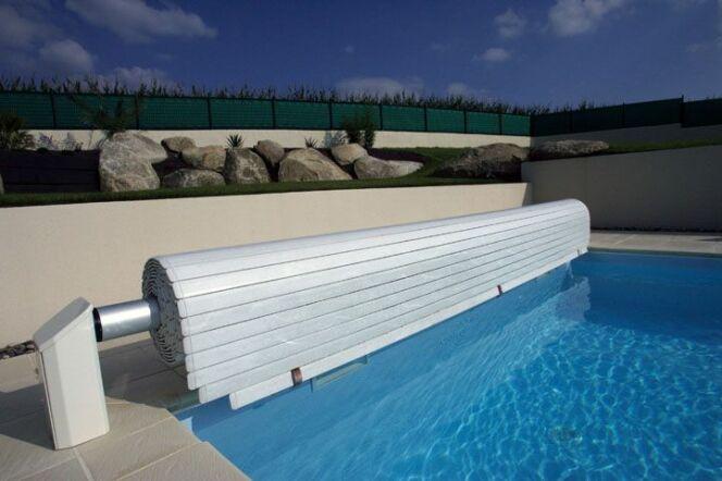 """Un volet roulant de piscine protégera votre piscine avec discrétion et élégance.<span class=""""normal italic petit"""">© L'esprit piscine</span>"""