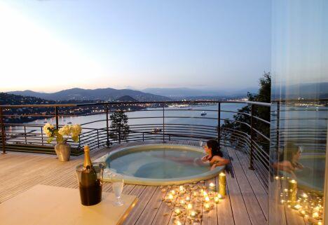 """Un spa extérieur avec vue sur la mer pour des soirées de rêve.<span class=""""normal italic petit"""">© L'Esprit Piscine</span>"""