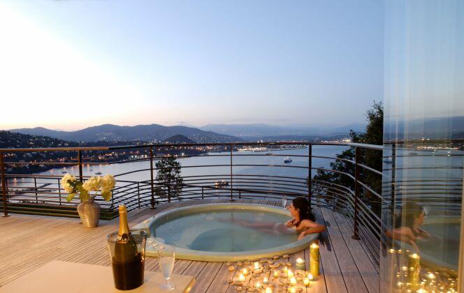 Un spa extérieur avec vue sur la mer pour des soirées de rêve. © L'Esprit Piscine