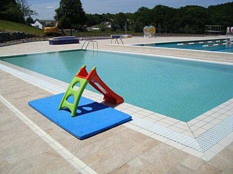 """Un toboggan est mis à la disposition des enfants à la piscine de Cambo les Bains<span class=""""normal italic petit"""">DR</span>"""