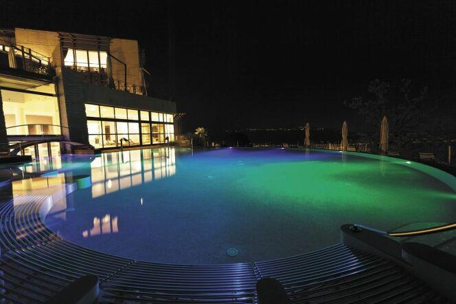Une ambiance colorée dans votre piscine avec les éclairages subaquatiques IntelliBrite 5G de Pentair